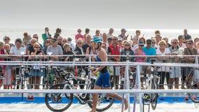 Nachdem sie das Wasser herausgenommen haben, nehmen Athleten ihr laufendes Fahrrad Lizenzfreie Stockfotos