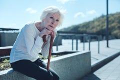 Nachdenkliche ältere Dame, die Himmel untersucht lizenzfreies stockfoto