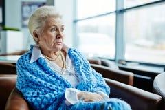 Nachdenkliche ältere Frau Stockfotografie