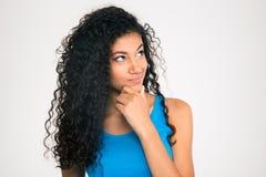 Nachdenkliche afroe-amerikanisch Frau, die oben schaut Lizenzfreie Stockfotografie