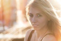Nachdenkliche attraktive junge Frau Lizenzfreie Stockfotografie
