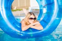 Nachdenkliche blonde Frau Lizenzfreie Stockfotos