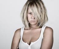 Nachdenkliche blonde Frau in der weißen Weste Lizenzfreie Stockbilder