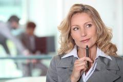 Nachdenkliche blonde Frau Lizenzfreies Stockbild