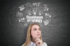 Nachdenkliche blonde Frau und Geschäftsstrategie Stockfotografie