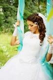 Nachdenkliche Braut auf Schwingen stockbild
