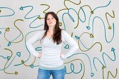 Nachdenkliche Frau, die verwirrt ist und nach einer Lösung vorbei gezeigt sucht stockfoto