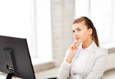 Nachdenkliche Frau im Büro Lizenzfreie Stockfotografie