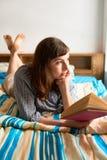 Nachdenkliche Frau mit Buch lizenzfreies stockfoto