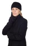 Nachdenkliche Frau mit einem schwarzen Mantel Stockfotografie