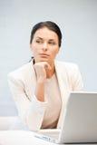 Nachdenkliche Frau mit Laptop-Computer Lizenzfreies Stockfoto