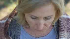Nachdenkliche Frau mit Schwierigkeit Hafermehlbrei, schlechte soziale Sicherheit essend stock footage