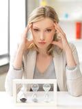 Nachdenkliche Geschäftsfrau mit Sandglas Lizenzfreie Stockbilder