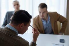 Nachdenkliche Geschäftsleute, die Denkprozess treffen lizenzfreie stockfotos