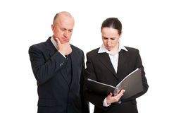 Nachdenkliche Geschäftskollegen, die Report betrachten Stockbilder