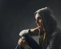 Nachdenkliche junge Frau Stockfotos