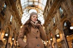 Nachdenkliche junge Frau, die im Galleria Vittorio Emanuele II steht Lizenzfreies Stockbild