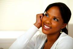 Nachdenkliche junge schwarze Frau, die oben schaut Stockfotos