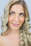 Nachdenkliche natürliche blonde Aufstellung Lizenzfreies Stockbild