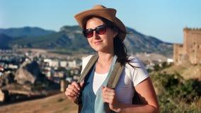 Nachdenkliche Reisefrau des Porträts mit dem wellenartig bewegenden Haar die Ferien genießend, die Kamera betrachten stock footage