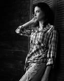 Nachdenkliche schöne Einsamkeitsfrau im modischen Schwarzweiss--che lizenzfreies stockbild