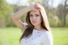 Nachdenkliche schöne Frau lizenzfreie stockfotografie