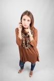 Nachdenkliche Schönheit des blauen Auges, die am Telefon spricht Stockfoto