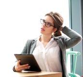 Nachdenkliche träumende Geschäftsfrau beim Arbeiten an Computer Stockbild