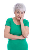 Nachdenkliche und traurige ältere Frau lokalisiert auf Weiß. Lizenzfreie Stockfotografie