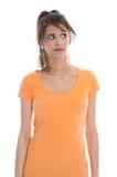 Nachdenkliche und zweifelhafte Junge lokalisierten tragendes Sommerhemd der Frau. Lizenzfreies Stockbild