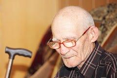 Nachdenklicher Älterer auf Sofa stockbild