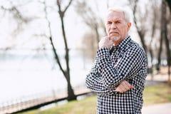Nachdenklicher älterer Mann, der Problem gegenüberstellt lizenzfreie stockfotos