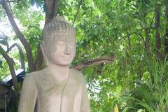 Nachdenklicher alter Buddha-Statuen-Porträtabschluß oben auf Khmer Lizenzfreie Stockbilder