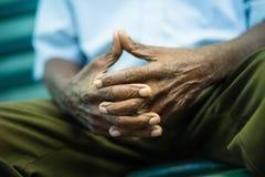 Nachdenklicher alter Mann, der auf Bank im Park sitzt Lizenzfreie Stockbilder