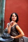 Nachdenklicher attraktiver Brunette in altem Riga Lizenzfreies Stockbild