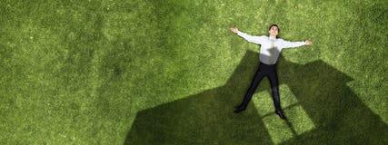 Nachdenklicher Geschäftsmann auf Gras lizenzfreie stockfotografie