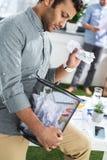 Nachdenklicher Geschäftsmann, der Abfalleimer, Geschäftsteamwork hält Lizenzfreie Stockfotografie