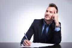 Nachdenklicher Geschäftsmann schreibt einen Brief Lizenzfreie Stockbilder