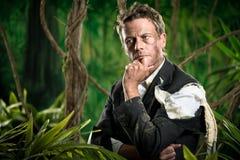 Nachdenklicher Geschäftsmann in den Dschungelplanungsstrategien Lizenzfreie Stockfotos