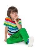 Nachdenklicher Junge in einem gestreiften Hemd Stockbilder
