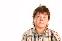 Nachdenklicher junger Junge, der oben schaut Lizenzfreie Stockfotografie