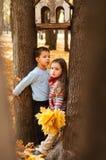 Nachdenklicher Kinderstand zwischen zwei Bäumen Lizenzfreies Stockfoto