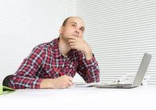 Nachdenklicher Mann mit einer Laptop-Computer Lizenzfreies Stockbild