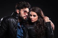 Nachdenklicher Mann mit Gläsern und langem Bart seine Freundin umfassend Stockfoto