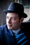 Nachdenklicher Mann in schwarzem Fedora Stockbild
