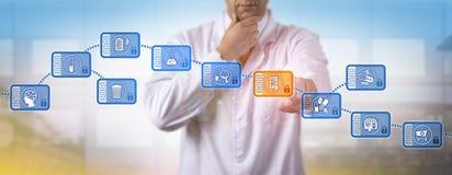 Nachdenklicher Pharma-Wissenschaftler Accessing Block Chain Lizenzfreie Stockbilder