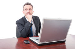 Nachdenklicher Rechtsanwalt, der im Büro arbeitet Lizenzfreies Stockfoto