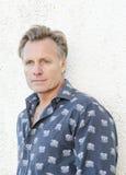 Nachdenklicher schauender Mann in seinen Vierzigern. Lizenzfreie Stockbilder