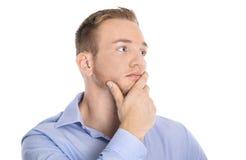 Nachdenklicher und unglücklicher lokalisierter junger blonder Geschäftsmann im blauen shi Lizenzfreies Stockbild