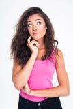 Nachdenklicher weiblicher Jugendlicher, der oben schaut Lizenzfreie Stockfotos